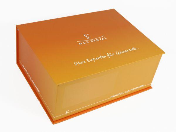 Große stabile Klappbox in Buchform mit Aufdruck für ein Dentallabor