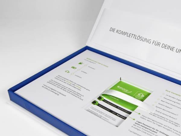 Bedruckte klassische Klappschachtel mit Magnetverschluss, für die Präsentation von Mustern eines neuen Industrieprodukts in hochwertiger Weise mit Papierinlay.