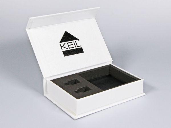Diese zweifarbig gestaltete Klappschachtel mit Magnetverschluss wurde schlicht gehalten und das Logo sowohl außen, als auch innen passend aufgedruckt.