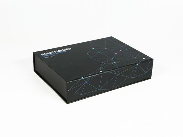 Premium Magnetklappbox im Standardmaß 180 x 130 x 35 mm. Hier in Schwarz - Vollflächig im Wunschdesign bedruckbar. Auch gerne in Wunschfarbe nach Pantone.