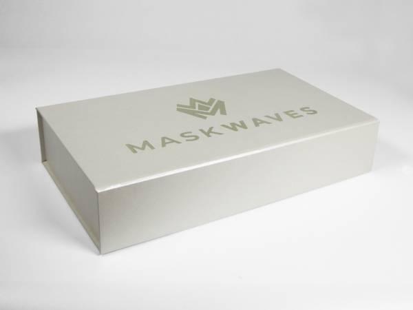 Selbstaufrichtende Magnetschachtel zum verkleben in den Ecken, Magnet im Deckel zum sicheren Verschließen. Vollflächig bedruckbar oder Veredelung, Goldprägung.