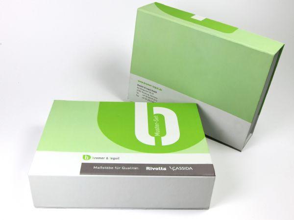 Eine rundum bedruckte, großformatige Verpackung für Produktmuster in Weiß und Grün. Eine Individuelle Klappschachtel mit Magnetverschluss im Wunschformat.