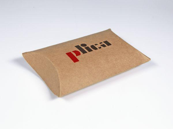 Kissenverpackung aus braunem Kraftkarton mit Aufdruck des Logos