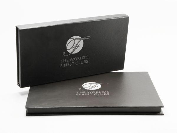 Schwarze Klappschachtel in Buchform schlicht mit Logoaufdruck