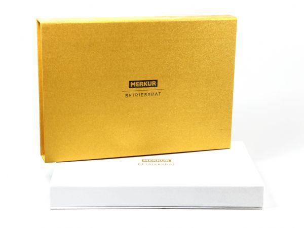 Große Klappschachtel mit Logo in goldener Heißfolienprägung