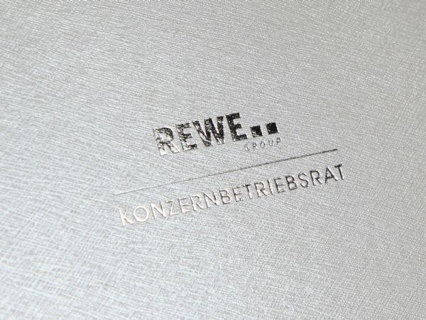 Silberprägung auf Verpackung mit feiner Leinenstruktur in Weiß