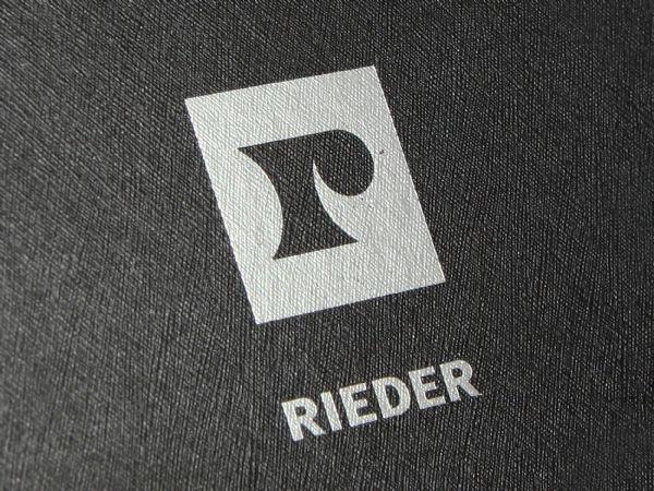 Verpackung mit strukturierter Oberfläche und Siebdruck in Pantone Silber