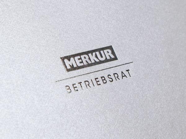 Verpackung mit feiner Leinenstruktur in Weiß mit Silberprägung