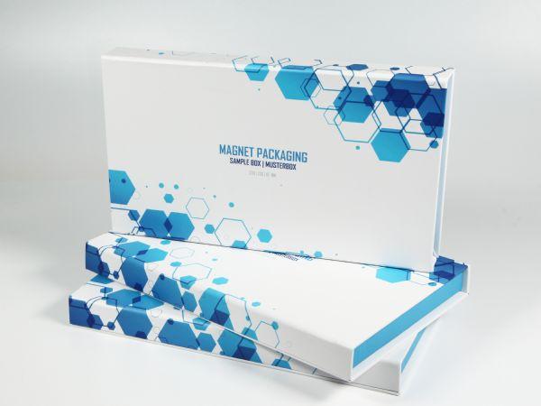 Diese flache Premiumverpackung mit Magnetverschluss wurde in einem neuen Standardmaß produziert und kann rundum bedruckt werden. Größe: 230 x 130 x 16 mm.