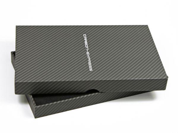 Edle Stülpdeckelverpackung vollflächiger Carbondruck mit weißem Logo