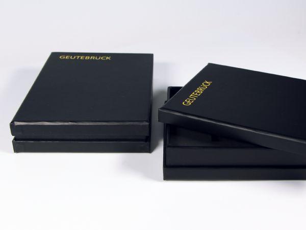 Verpackung mit Stülpdeckel und Kragen. Das Logo wurde einfarbig im Siebdruck aufgebracht
