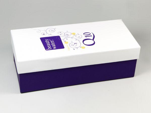Verpackung mit Stüldeckel in drittel Höhe mit farbigem Aufdruck für eine Flasche Q10 beauty water