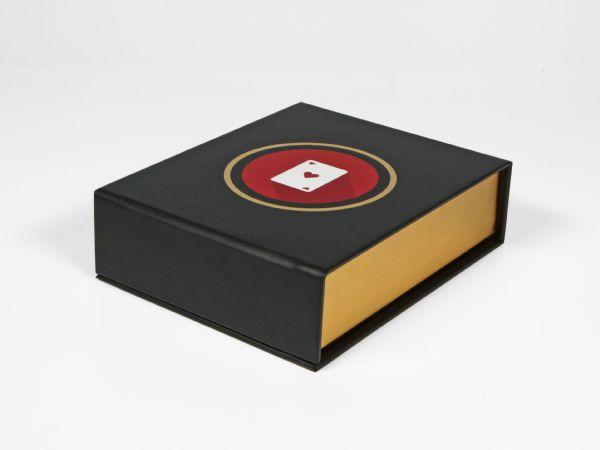 Bedruckbare Magnetklappbox mit Schaumstoffinlay Digitaldruck Goldfolie für zum Beispiel ein Pokerset - Klappschachtel mit Magnetverschluss - Goldpraegung - Spielkarten