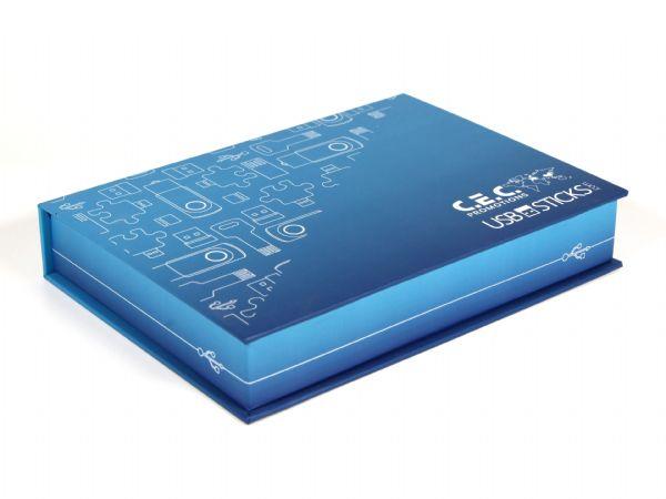 Diese Verpackung mit Buchdeckel wurde als Musterbox für USB-Sticks produziert. Die Größe 225 x 160 x 35 mm bietet Platz für unterschiedliche USB-Modelle.