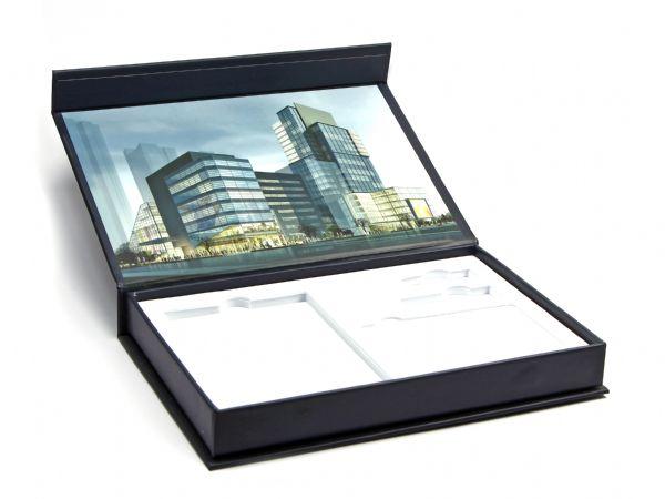 Klappbox mit Digitaldruck innen und weißem Inlay aus festem Schaumstoff mit herausnehmbaren Teilen
