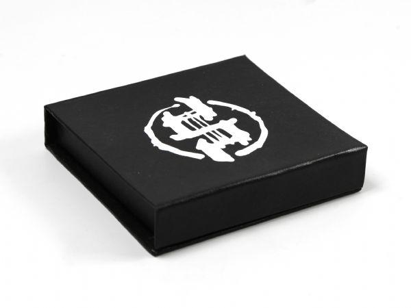 Schwarze Verpackung mit Leinenoberfläche und Logo mit deckendem Siebdruck