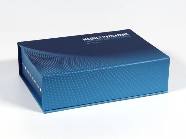 Magnetklappbox  in der Größe 150 x 107 x 40 mm, passend für DIN A6 Produkte. Komplett bedruckbar und Schaumstoff passend zu Ihren Produkten geschnitten.