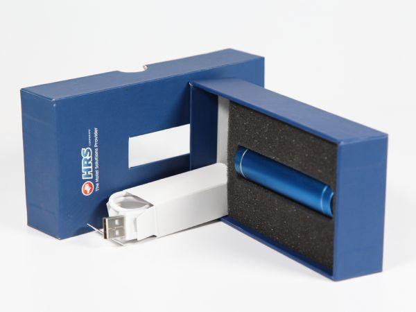 Im Inneren dieser Verpackung wurde sowohl ein Inlay aus weichem Schaumstoff eingelegt, als auch eine Lücke gelassen, wo eine Faltschachtel Platz findet.