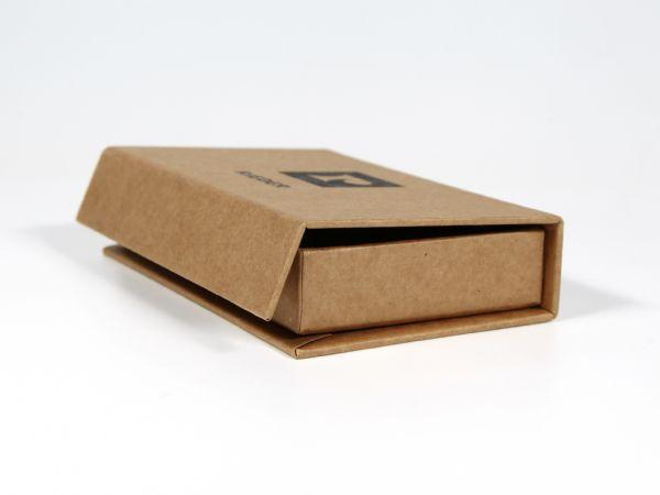 Seitliche Ansicht der Verpackung mit Magnetverschluss. Der Magnet sitzt in der vorderen Lasche des Deckels und ist so gut wie unsichtbar.