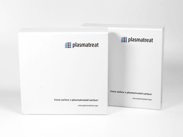 Weiße Klappbox mit Magnetverschluss mit Logo und UV-Spotlack veredelt