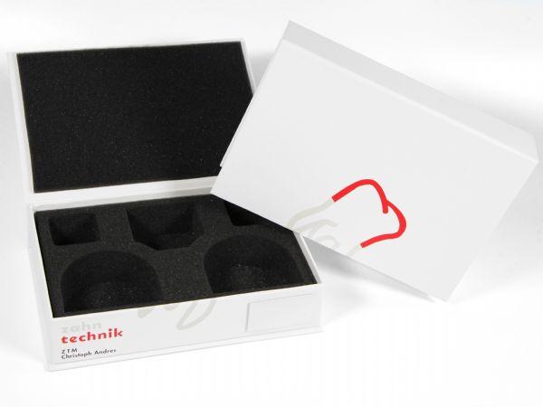 Die Dentalbox für 2 Zahnmodelle oder Zahnabdrücke mit einem passend zugeschnittenem Inlay aus weichem Schaumstoff. Hier für die ZTM Zahntechnik bedruckt.