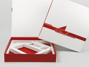 Klappbox in Buchform mit weißem Inlay und rotem Boden passend zum Logo