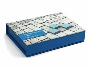 In Firmenfarbe gestaltete Klappbox mit Fotodruck