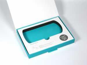 Klappbox mit Inlay aus festem Schaumstoff (EVA) und bedruckter Papieroberfläche, Box in Firmenfarbe