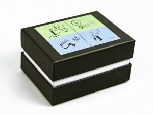 Schwarze Stülpdeckelverpackung halber Deckel und farbigem Aufdruck