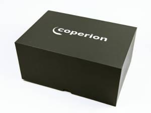 Große schwarze Stülpdeckelverpackung schlicht mit weißem Logoaufdruck