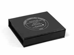 Klassische Klappbox in Schwarz in Leinenoptik mit einfarbigem Logo