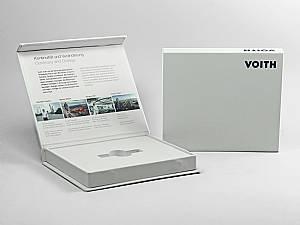 Schlichte Klappbox mit Infotext Aufdruck im Deckel und weißem Inlay